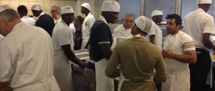 cuochi e richiedenti asilo cucinano