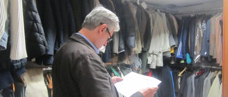 Un ospite di casa Ozanam fa l'inventario del guardaroba